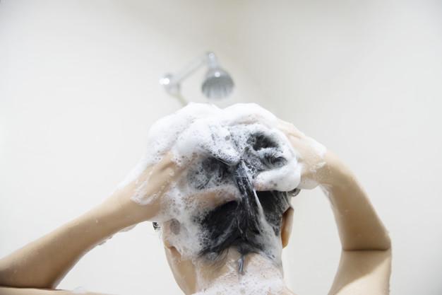 Bersihkan rambut dengan keramas