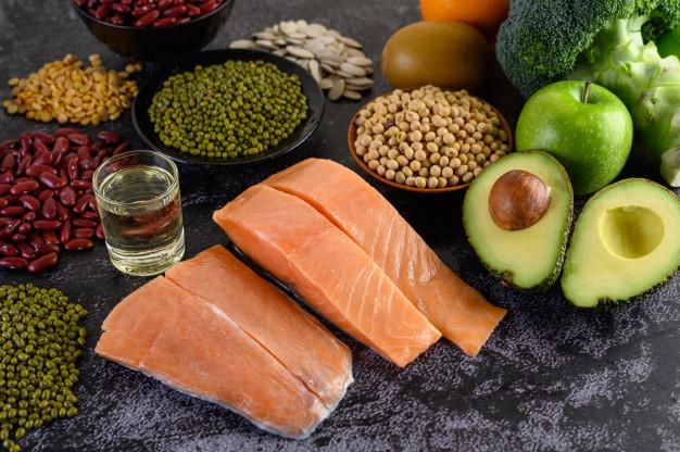 Makan makananan yang bergizi dan mengandung protein yang dibutuhkan untuk rambut rontok